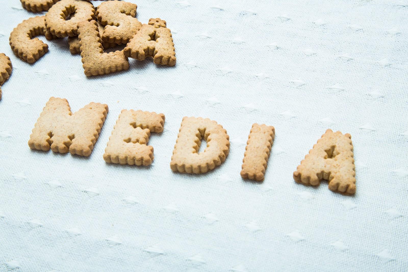MEDIAと並べられたクッキー