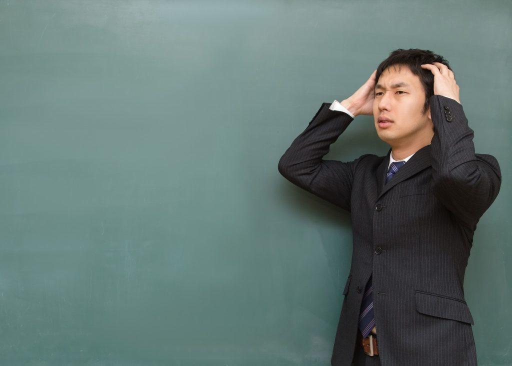 頭をかかえる塾講師