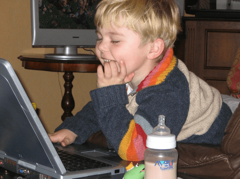金髪の子供がPCを楽しんでいる