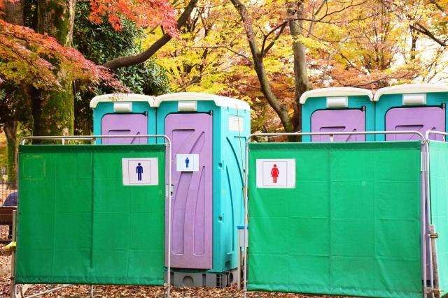 屋外の仮設トイレ